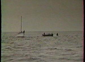 Photos prises pendant la construction du phare, nous pouvons observer les ouvriers munis de brassières, encordés, reliés au bateau.