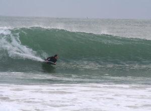 ody board dans les rouleaux de la baie des trépassés - Photo école de surf du Cap Sizun