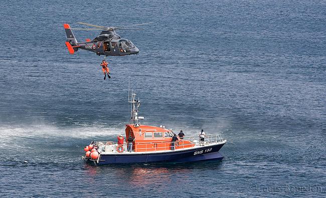 Le plongeur de la marine nationale est hélitreuillé sur la SNS 153