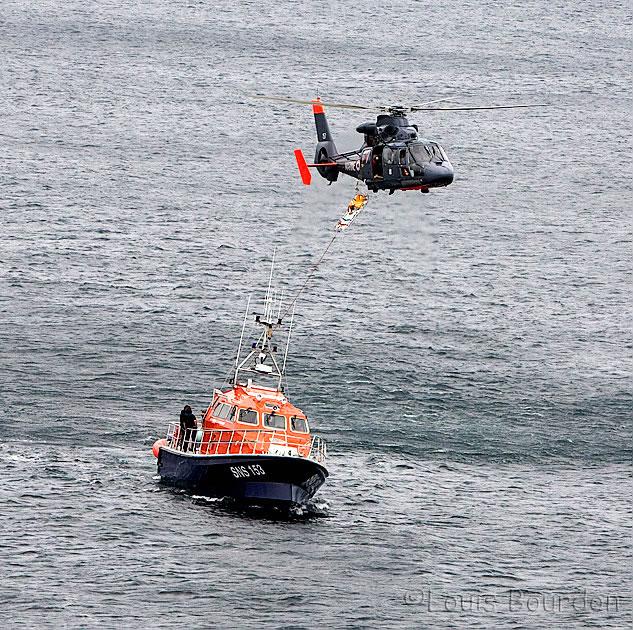 Le brancard est hissé à bord de l'hélicoptère