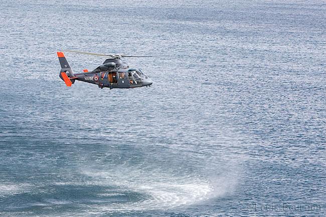 Fin des opérations, l'hélicoptère quitte les lieux de l'opération