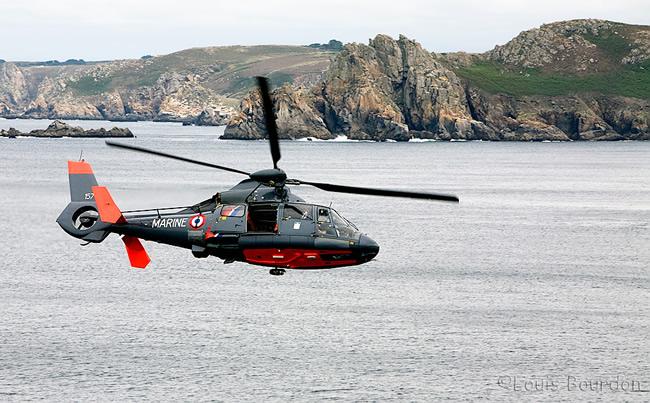 Arrivée de l'hélicoptère de la Marine nationale sur zone