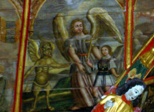 « Plafond de la chapelle Saint-Michel : sur ce panneau, l'ange chasse le diable qui en voulait à l'âme d'un moribond. » - © Paul Cornec