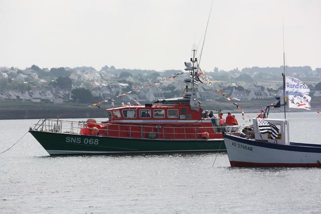 Sur le plan d'eau, les bateaux pavoisés : Amiral Amman, le bateau de sauvetage et le Bass Loch des Plongeurs du Cap