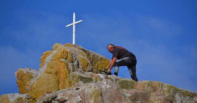 Thierry POTIER ferronnier d'art, scelle la nouvelle croix sur le rocher de Tévennec.